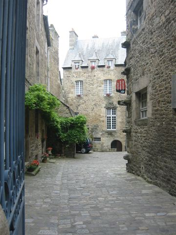 Dinan tower house courtyard